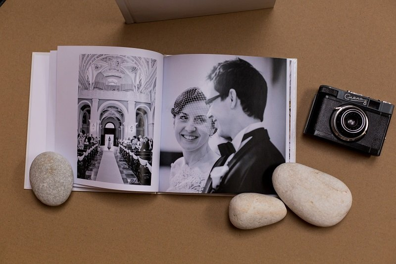 Ślubna fotoksiążka z czarno-białymi fotografiami