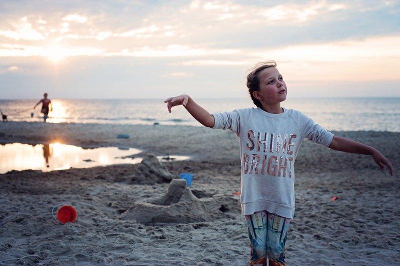 Dziewczynka bawiąca się na plaży