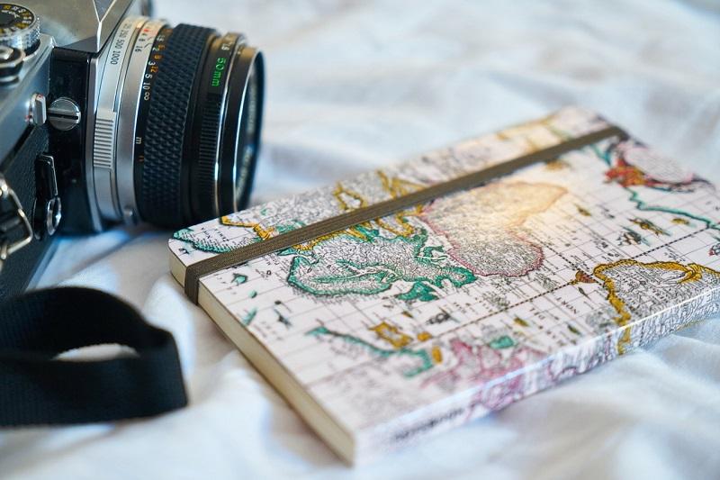 Obiektyw aparatu i zeszyt
